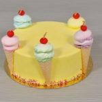 Torte mit verschiedenen Früchten für Kinderparty